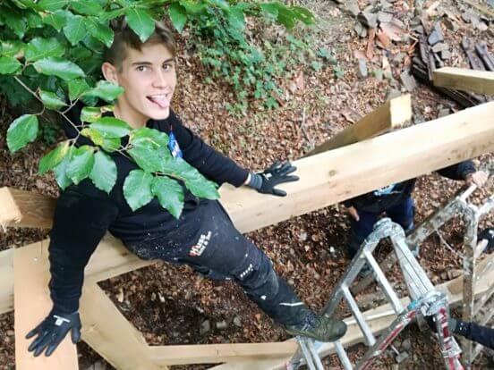 Jugendliche arbeiten im Wald